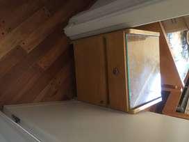 Mesa de luz en madera, con un cajon y abajo puertita