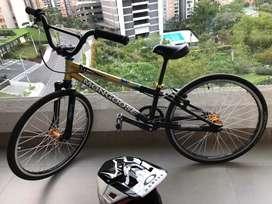 Bicicleta de bicicros con su casco