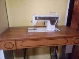 Se vende maquina de coser singer automatica