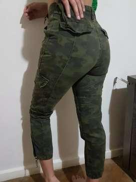 Pantalón cargo camuflado