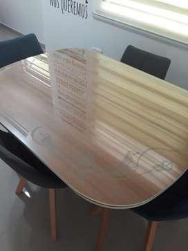 Se vende juego de comedor de 4 puestos con vidrio tallado
