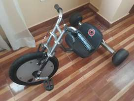 Se vende Triciclo Scream Machine