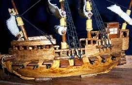 Barco antiguo hecho con material reciclado