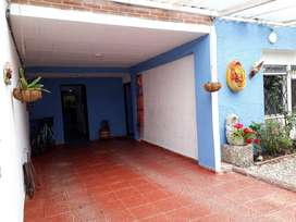 Gangazo Hermosa casa de dos pisos, sobre vía principal en Villa Luz.