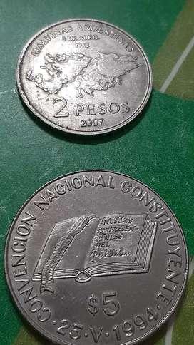 Monedas  de dos y cinco pesos.