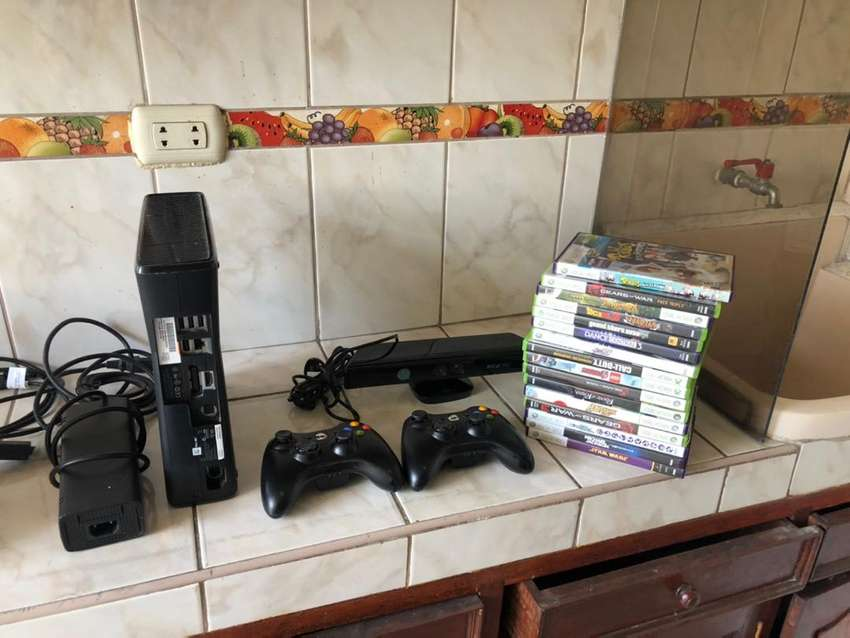 Xbox 360 con dos mandos y juegos - kinect 0