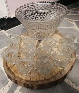 Ponchera de cristal con 12 vasos de vidrio