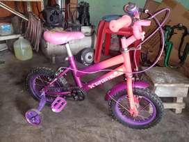 Se vende bicicleta de niña
