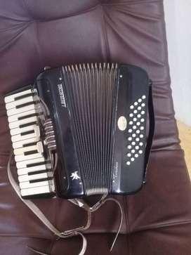 Se vende acordeon 32 bajos