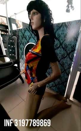 Maniquí arrodillada