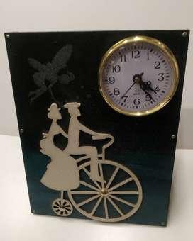 Reloj artesanal de mesa en madera con inserto bicicleta