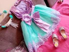 Vestido de niña talla 8 de estreno incluye zapatos y vincha.