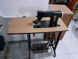 Maquina de coser antigua con mueble