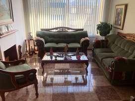 Juego de sala compuesto por 2 sofás, 1 silla, 2 mesas auxiliares y 1 mesa de centros.
