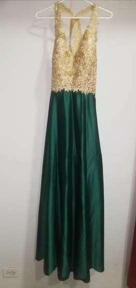 Vestido de noche elegante con piedreria color dorado y verde esmeralda TALLA M