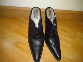 Zapatos de color negro forma de punta