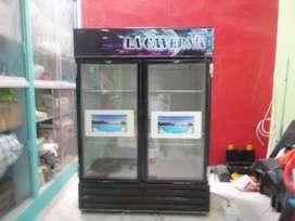 refrigeradora de dos puertas de vidrio.Ideal para exhibir gaseosas, cerveza, tortas