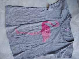 Remera elf 10 gris dibujo de  flamenco rosa