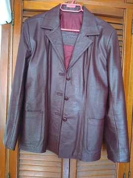 Hermosa chaqueta de puro cuero.100xciento original..