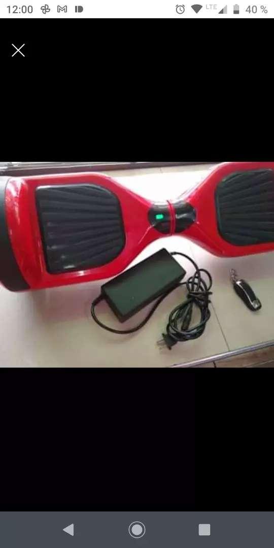 Malumeta color rojo con adaptador y control remoto.