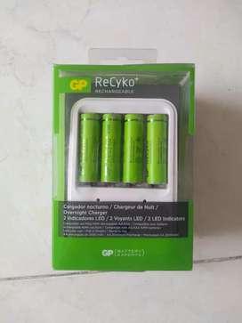 Cargador de Pilas GP ReCyko+ (Incluye 4 baterías AA de 2100 mAh)