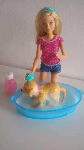 vendo Barbie y su perrita que al bañarla se sacude