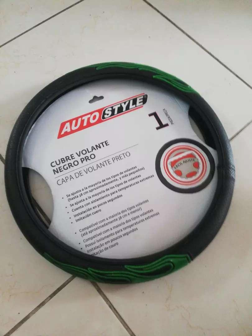 Un cubre volante negro pro con verde de segunda en buen estado. 0
