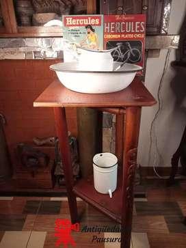 Aguamanil y balde esmaltado con mueble