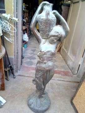 Escultura de Bronce Antigua Dama con Garrafa con peso 60 kilos