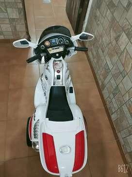 Vendo moto a bateria muy poco uso