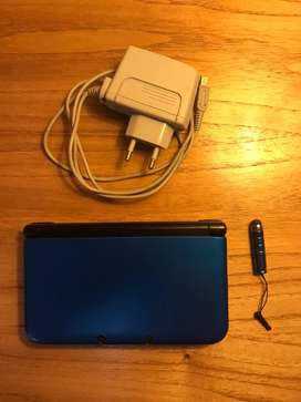 Nintendo 3DS XL azúl con cargador original, funda y 3 juegos.