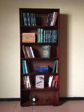 Biblioteca en madera de excelente calidad.