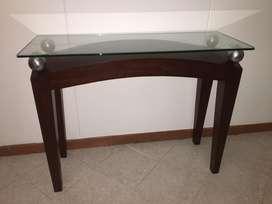 Vendo mesa en madera con vidrio y decoraciones acero inoxidable.