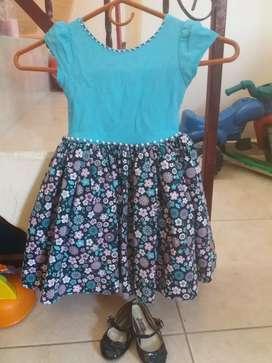 Se vende vestido para niña de 8 meses hasta 2 años  y medio como nuevo y zapatos talla 20 en buen estado