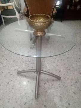 Mesa en acero con su vidrio en muy buen estado medias ancho 65*68