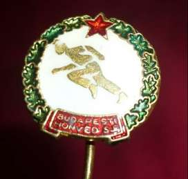ANTIGUO Y HERMOSO PIN BUDAPEST HONVED DE HUNGRIA DISTINTIVO FORMATO ALFILER 1950s