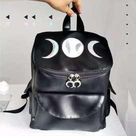 Mochila en sintético negro con parche del símbolo de la Triple Diosa Lunar elaborado en sintético holographic.