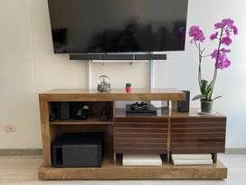 Mesa para TV de hasta 55 pulgadas , color miel, como nueva!!