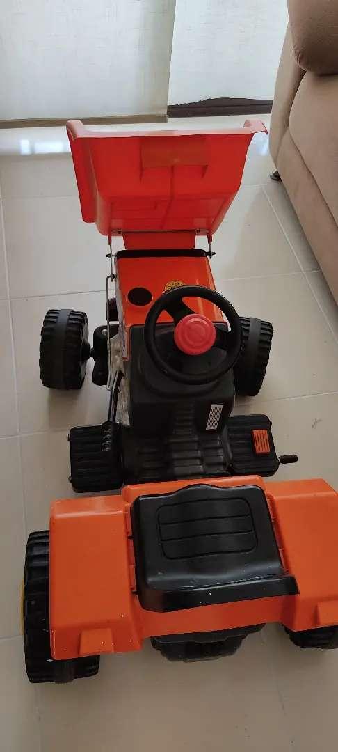 Vendo hermoso tractor de batería eléctrica para niño en perfecto estado, con remolque totalmente funcional