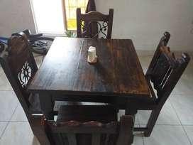 Comedor en madera y hierro forjado