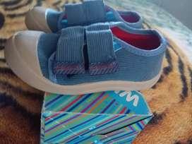 Zapatillas nuevas de niño