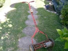 antigua maquina de cortar pasto de corte helicoidal con motor funcionando