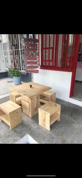 Mesa con sillas en madera