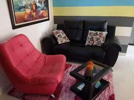 Hermosa sala  calidad completa con alfombra mesa de centro  y cama sin uso de 1 m  con Nochero y colchon