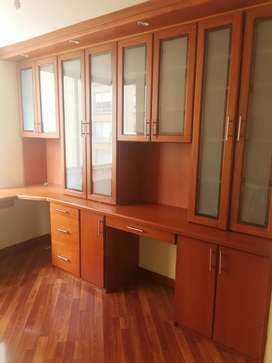 Lindo mueble para oficina o estudio con biblioteca , cajones   grande y cómodo