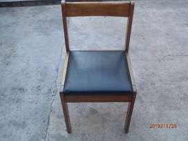 silla de madera y tapizada muy buena usada perfecta negra y pintada