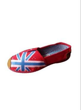 zapatillas suela roja con bandera fondo rojo con envio gratuito