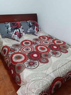 Articulos para el hogar, edredones, cortinas, mesas auxiliares desarmables, sabanas, almohadas.