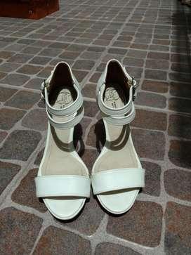 Sandalias Blancas. Sólo Dos Usos.