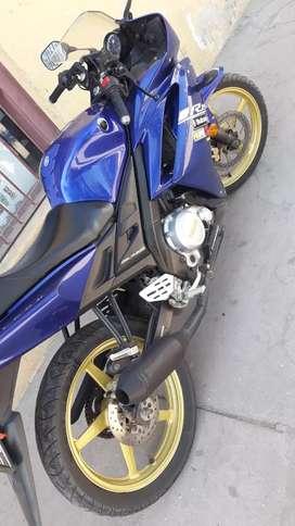 Yamaha r15 excelente nada para acerle pongo diferencia moto mas grande